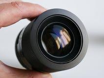 Czarny kamera obiektyw trzyma męską ręką obrazy stock