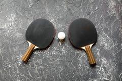 Czarny kant dla śwista pong balowego szarego tła odgórnego widoku Zdjęcia Stock