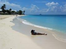 czarny kapelusz na plaży Obrazy Royalty Free