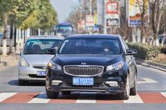 Czarny Kia K4 sedan na drodze, Yiwu, Chiny Zdjęcia Stock