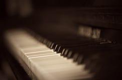 czarny klawiaturowych kluczy na pianinie rządu biały drewna Obrazy Royalty Free