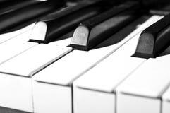 czarny klawiaturowych kluczy na pianinie rządu biały drewna Zdjęcie Stock