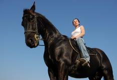czarny koń oglądać nastolatków. zdjęcie stock