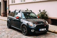 Czarny koloru samochód Z lampasa Mini Cooper Clubman Parkującym Na ulicie Fotografia Stock