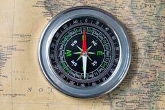 Czarny kompas na starej rocznik mapie, makro- tło Zdjęcia Stock