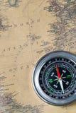 Czarny kompas na starej rocznik mapie, północnego atlantyku ocean, makro- tło Zdjęcie Royalty Free