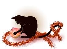 Czarny kot bawić się z Bożenarodzeniową piłką Obrazy Stock