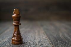 Czarny królewiątko, Szachowy kawałek na Drewnianym stole Zdjęcie Stock