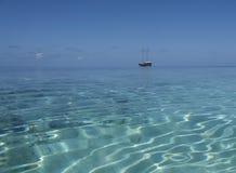 czarny kreskówki oceanu statku uderzanie Fotografia Royalty Free