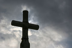 Czarny krzyż przeciw ciemnemu niebu Zdjęcia Stock