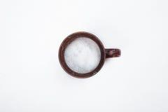 Czarny kubek z słodkim cukierem na białym tle Zdjęcie Royalty Free
