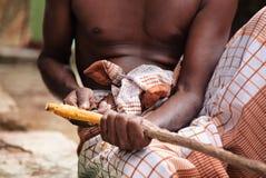Czarny lankijczyka mężczyzna struga cynamonowego kij Obrazy Royalty Free
