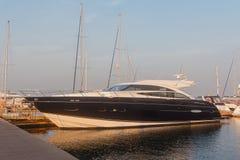 Czarny luksusowy jacht przy dokiem Zdjęcia Stock