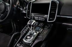 Czarny luksusowy samochodowy wnętrze - zmianowa dźwignia i deska rozdzielcza obrazy royalty free