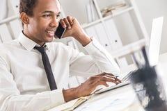 Czarny męski działanie w biurze Fotografia Stock