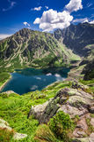 Czarny maravilloso Staw Gasienicowy en el amanecer en montañas polacas Fotografía de archivo libre de regalías