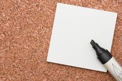 Czarny markier z białą kleistą notatką na korku Obrazy Royalty Free