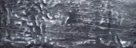 Czarny metalu tło, szeroki żelazo talerz z wklęśnięciami i narysy, zdjęcia stock