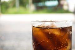 Czarny miękki napój w szkle Na marmurowej podłoga Ulubiony miękki napój fotografia stock