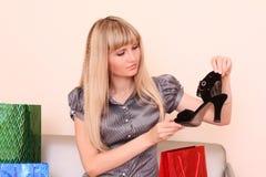 czarny mienia buta kobieta Obrazy Royalty Free