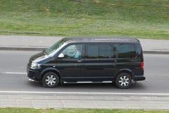 Czarny minibus w mieście fotografia stock