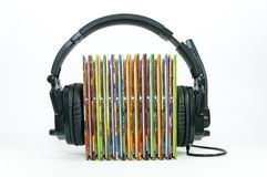 Czarny hełmofon, sterta kolorowy muzyczny cd Zdjęcie Stock