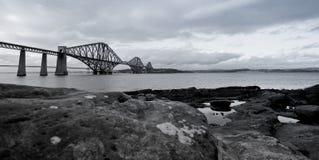 czarny mosta naprzód poręcza biel fotografia stock