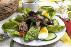 czarny na fasoli sardeli jaj winogrona zielonych oliwek musztardę nicoise ziemniaków sałatkę pomidorów ubieramy tuńczyka winegret Zdjęcie Royalty Free