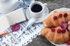 czarny śniadaniowi kawowi croissants Zdjęcie Stock