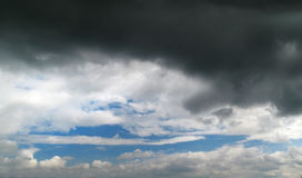 Czarny niebieskie niebo z wielką burzy chmurą Zdjęcie Royalty Free