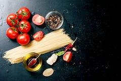 Czarny nieociosany tabletop z gałąź pomidory i ziele, wierzchołek rywalizuje Obraz Royalty Free