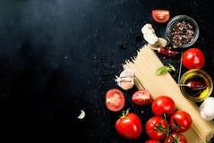 Czarny nieociosany tabletop z gałąź pomidory i ziele, wierzchołek rywalizuje Zdjęcie Royalty Free