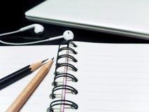 Czarny ołówek i drewniany obręcz na teble ołówka, książki i laptopu Fotografia Royalty Free