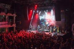 Czarny obelisku zespół rockowy bawić się koncert Fotografia Stock