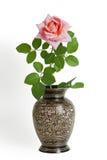 czarny ogrodowych metalu menchii różana waza Fotografia Stock
