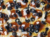 czarny oliwek cebul pepperoni pizza Zdjęcie Royalty Free