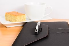 Czarny organizator z kawą i tortem, kawowa przerwa zdjęcia stock