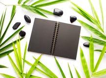 Czarny papieru i bambusa liścia tło Czarny sketchbook mockup Fotografia Royalty Free