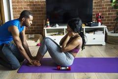 Czarny pary ćwiczenie w domu wpólnie Zdjęcia Royalty Free