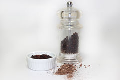 Czarny peppercorn z młynem na białym tle zdjęcie royalty free