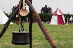 Czarny Pettle i Drewniana łyżka po ogniska na Tripod Zdjęcie Royalty Free