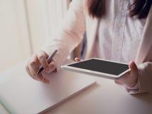 Czarny pióro na prawej ręce i pastylce na lewej ręce biznesowy woma Fotografia Stock