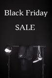 czarny Piątek sprzedaży różowy kolor żółty i biali sneakers, nakrętka dyszą, cajgi wiesza na ubrania stojaka tle Zdjęcie Royalty Free