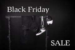 czarny Piątek sprzedaży różowy kolor żółty i biali sneakers, nakrętka dyszą, cajgi wiesza na ubrania stojaka tle Zdjęcie Stock