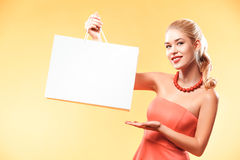 czarny Piątek Szczęśliwy młoda kobieta zakupy w wakacje Dziewczyna pokazuje na torbie z kopii przestrzenią Zdjęcia Royalty Free