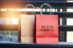 Czarny Piątku słowo na czerwonego i brown papieru torba na zakupy Obrazy Stock
