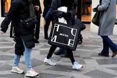 Czarny Piątku shopperw z thir torbami na zakupy Denmark obraz royalty free