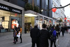 Czarny Piątku shopperw z thir torbami na zakupy Denmark fotografia stock