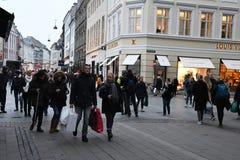 Czarny Piątku shopperw z thir torbami na zakupy Denmark obrazy stock