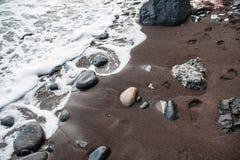 Czarny piasek na Czerwonej plaży Zdjęcia Royalty Free